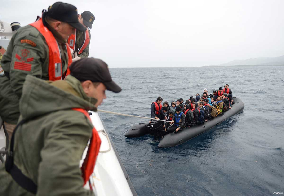 Coast guards rescue refugees off Turkish shores, 28 October 2015