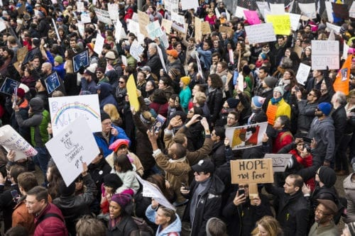 Thousands of people gather at the White House to protest President Trumps ban on people from seven Muslim majority countries entering the US [Samuel Corum - Anadolu Agency]