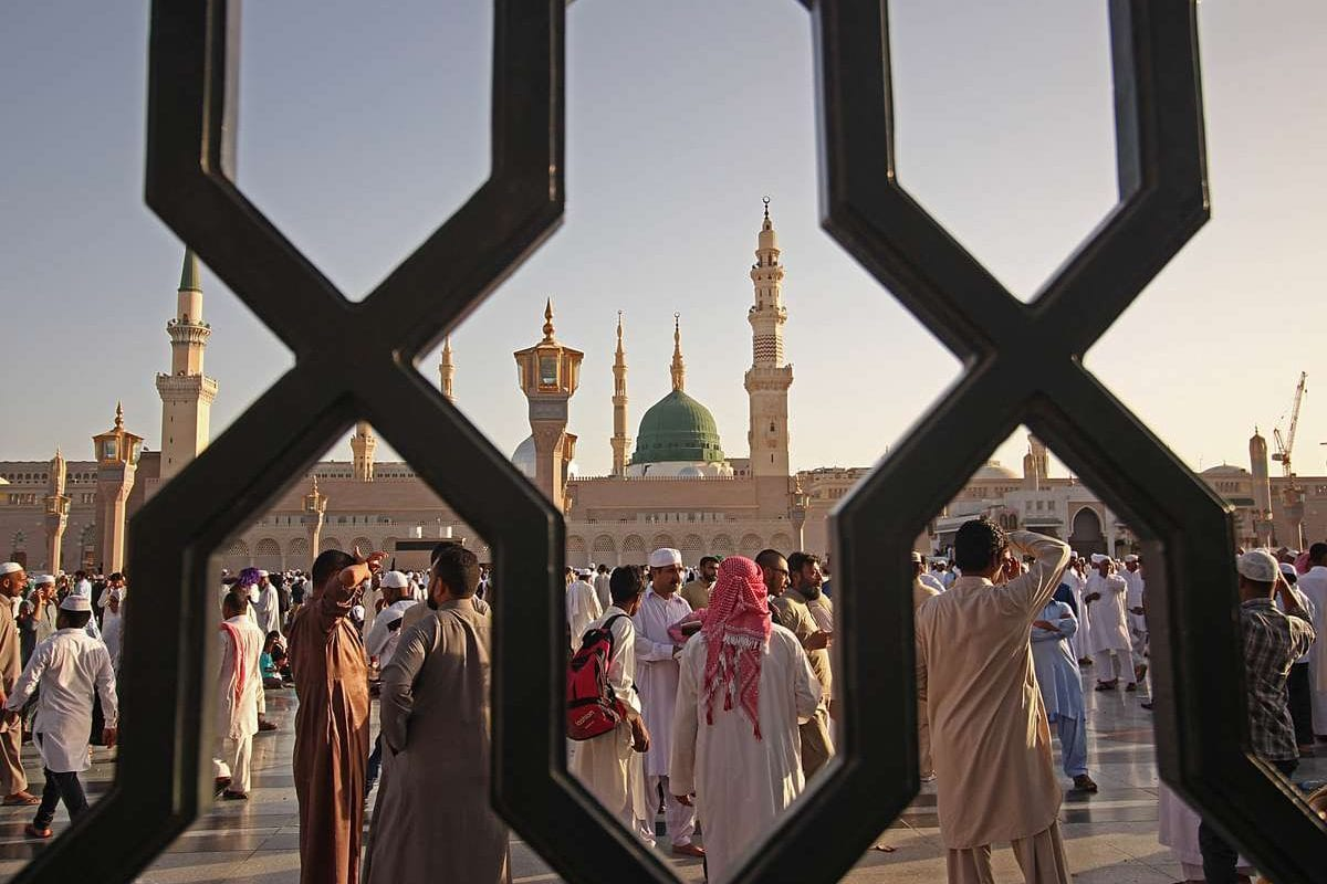 Muslims gather to perform the Eid al-Fitr prayer at Masjid al-Nabawi (The Prophet's Mosque), in Medina, Saudi Arabia on 25 June, 2017 [Faisal Khan/Anadolu Agency]