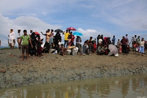 Rohingya Muslims, who escaped from ongoing military operations in Myanmar's Rakhine state, walk to a makeshift camp in Cox's Bazar, Bangladesh on 17 September 2017 [Zakir Hossain Chowdhury / Anadolu Agency]
