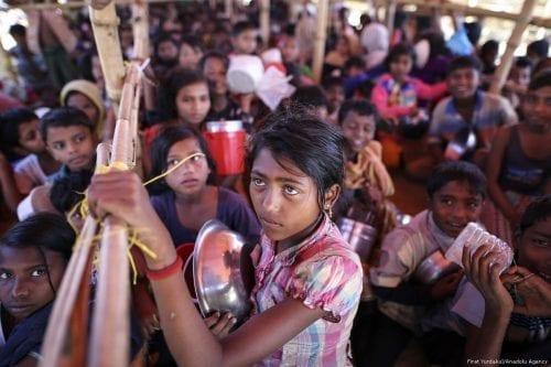 Rohingyan children wait for food aid in Cox's Bazar, Bangladesh on 30 November 2017 [Fırat Yurdakul/Anadolu Agency]