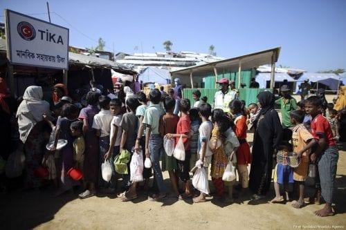 Rohingya's wait for food aid, provided by the Turkish Cooperation and Coordination Agency (TIKA) in Cox's Bazar, Bangladesh on 30 November 2017 [Fırat Yurdakul/Anadolu Agency]