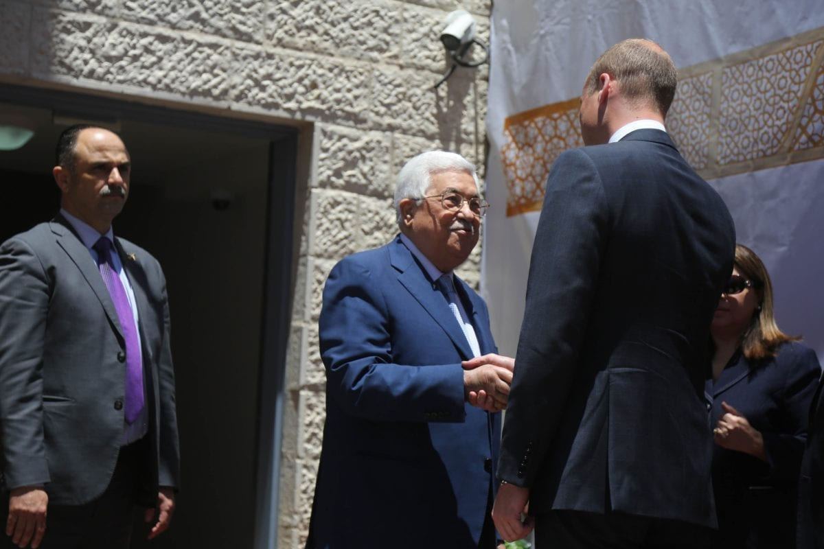 Duke of Cambridge Prince William (R) meets with Palestinian President Mahmoud Abbas (C) during his official visit on 27 June, 2018 in Ramallah, West Bank [Issam Rimawi/Anadolu Agency]