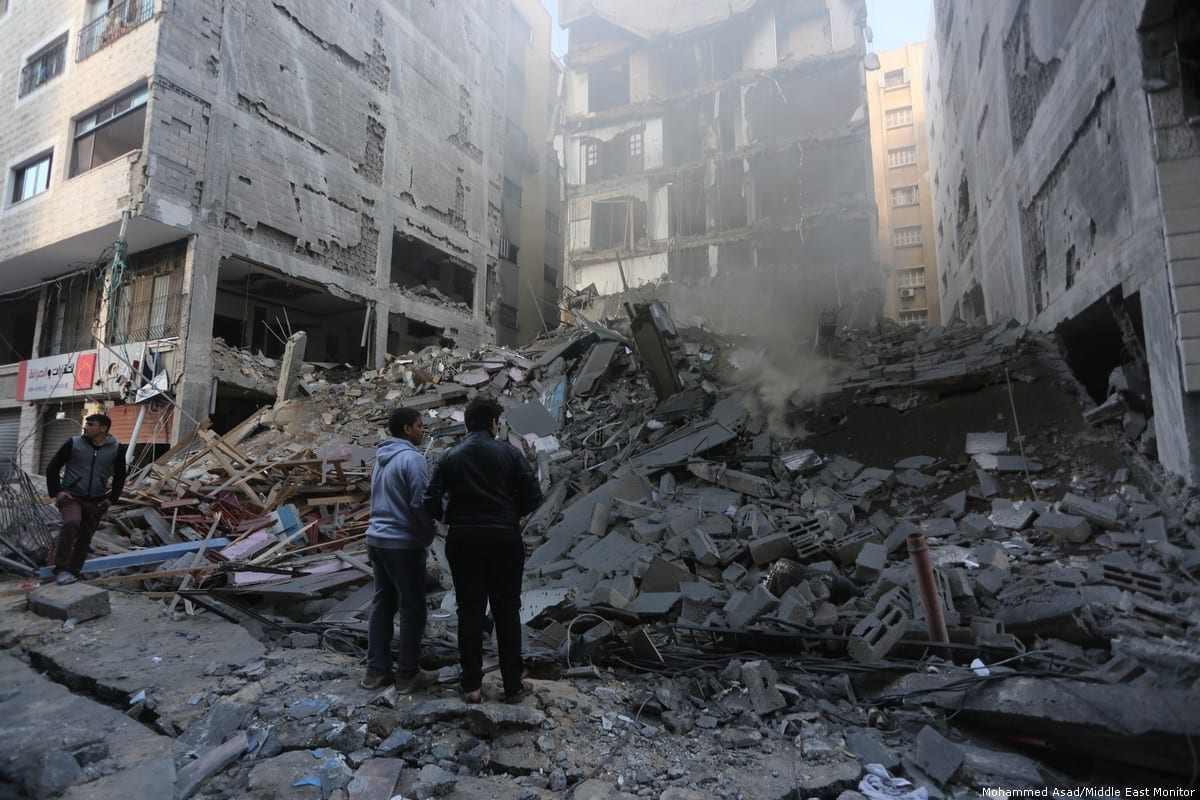 The remains of a building smoulders and smokes in the aftermath of last night's air strike. 13 November 2018 [Mohammed Asad/Middle East Monitor]