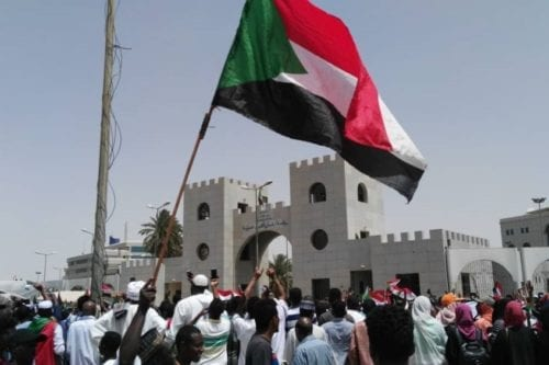 Sudanese protestors gather in front of central military headquarters demanding a civilian transition government, in Khartoum, Sudan on 12 April 2019. [Stringer - Anadolu Agency]