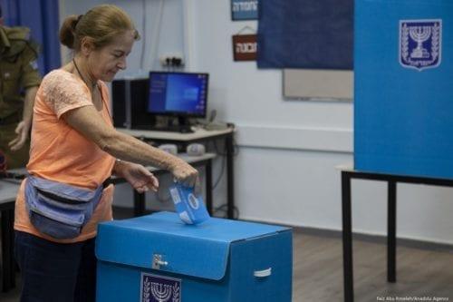 Israelis cast their votes during the Israeli legislative elections, at a polling station in Tel Aviv on 17 September 2019 [Faiz Abu Rmeleh/Anadolu Agency]