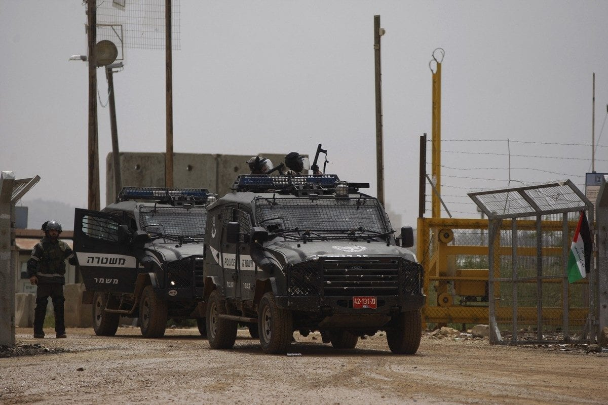 Israeli security forces near Israel's Ofer Prison in the West Bank city of Ramallah on 16 April 2015 [Shadi Hatem/Apaimages]