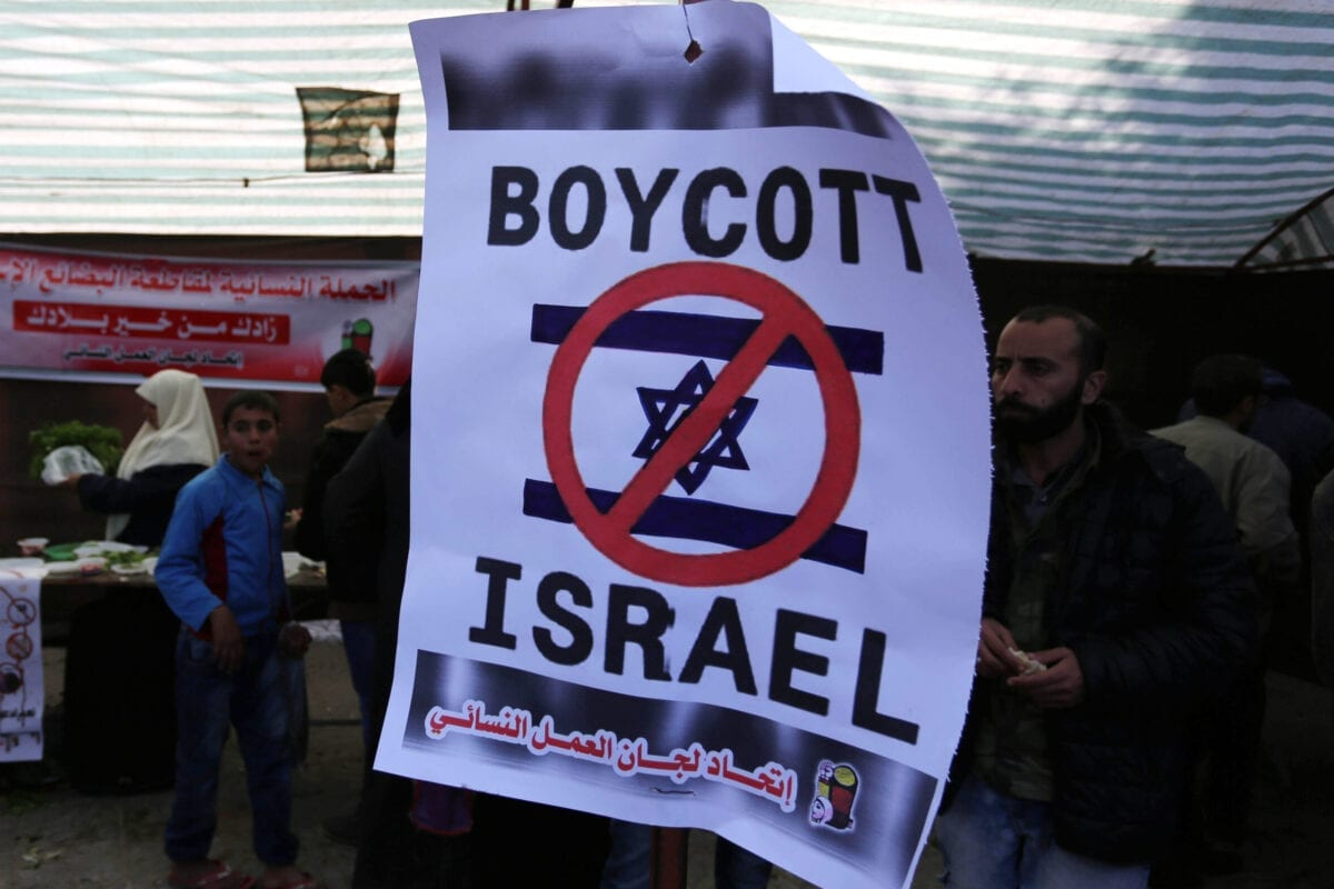 Palestinians attend the national products exhibition calling people to boycott Israeli goods in Gaza city on 3 December 2018. [Ashraf Amra/Middle East Monitor]