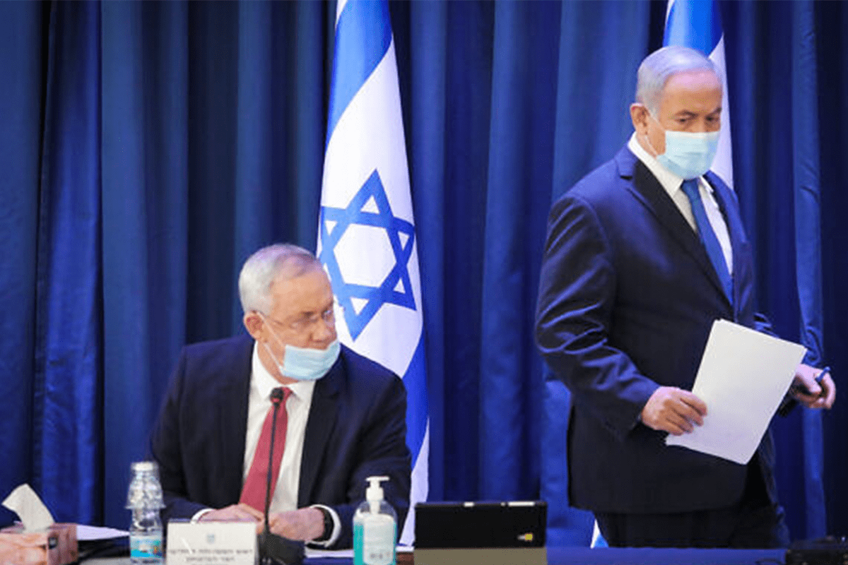 Prime Minister Benjamin Netanyahu (R) and Defense Minister Benny Gantz attend the weekly cabinet meeting at the Foreign Ministry in Jerusalem on 21 June, 2020 [Gettyimages/Marc Israel Sellem/Pool/Flash90]