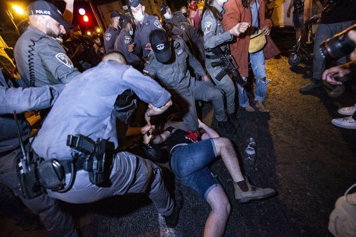 Security forces arrest a protester during a demonstration against Israeli Prime Minister Benjamin Netanyahu in Jerusalem on 21 July 2020 [Mostafa Alkharouf/Anadolu Agency]