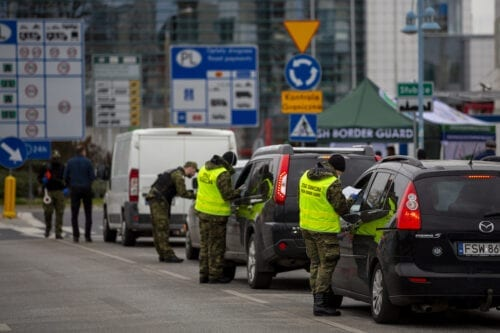 Border control guards stop cars before crossing German/Polish border at Slubice/Frankfurt (Oder) on 20 March 2020 in Frankfurt an der Oder, Germany. [Maja Hitij/Getty Images]