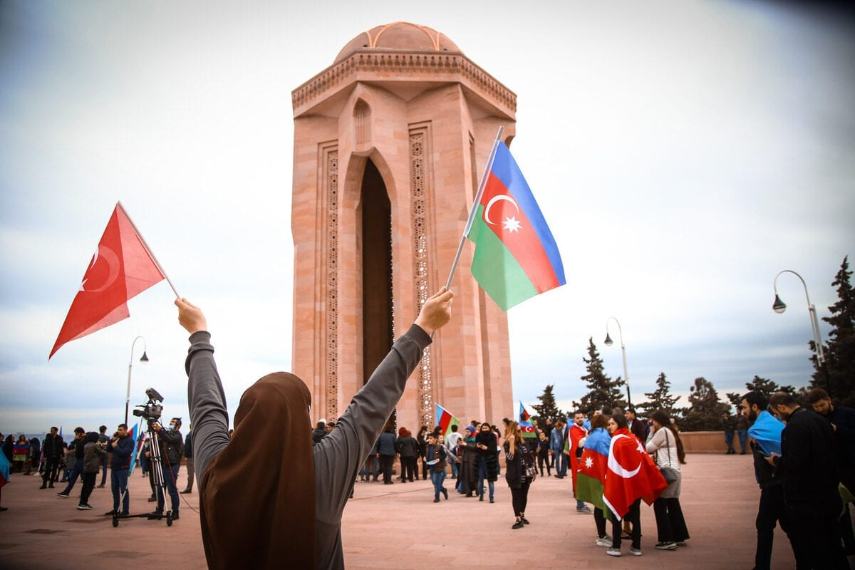 Azerbaijani people visit Alley of Martyrs, a cemetery and memorial dedicated to those killed by Soviet troops during the 1990 Black January, as they gather to celebrate the deal reached to halt fighting over the Nagorno-Karabakh region as the defeat of Armenia, in Baku, Azerbaijan on 10 November 2020. [Resul Rehimov - Anadolu Agency]