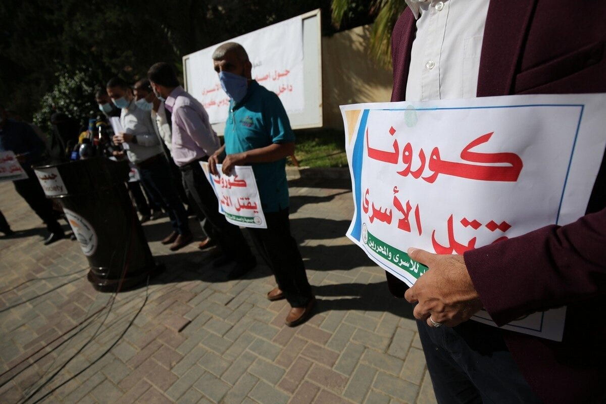 Palestinians protest in solidarity with Palestinian prisoners held in Israeli jails, 4 November 2020 [Mohammed Asad/Middle East Monitor]
