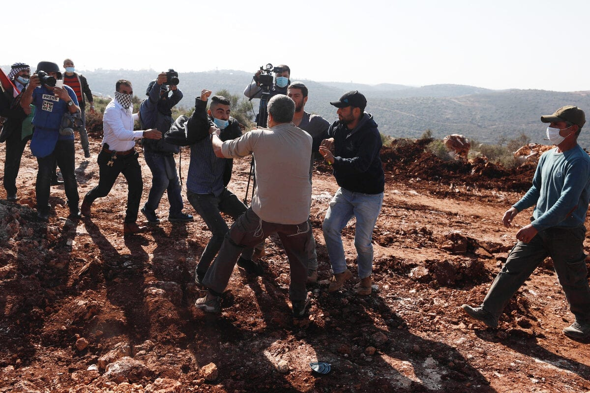 Jewish settlers brawl with Palestinians reacting to them for trying to seize agricultural lands of Palestinians in al-Ras region in Selfit, West Bank on November 30, 2020 [Issam Rimawi - Anadolu Agency]