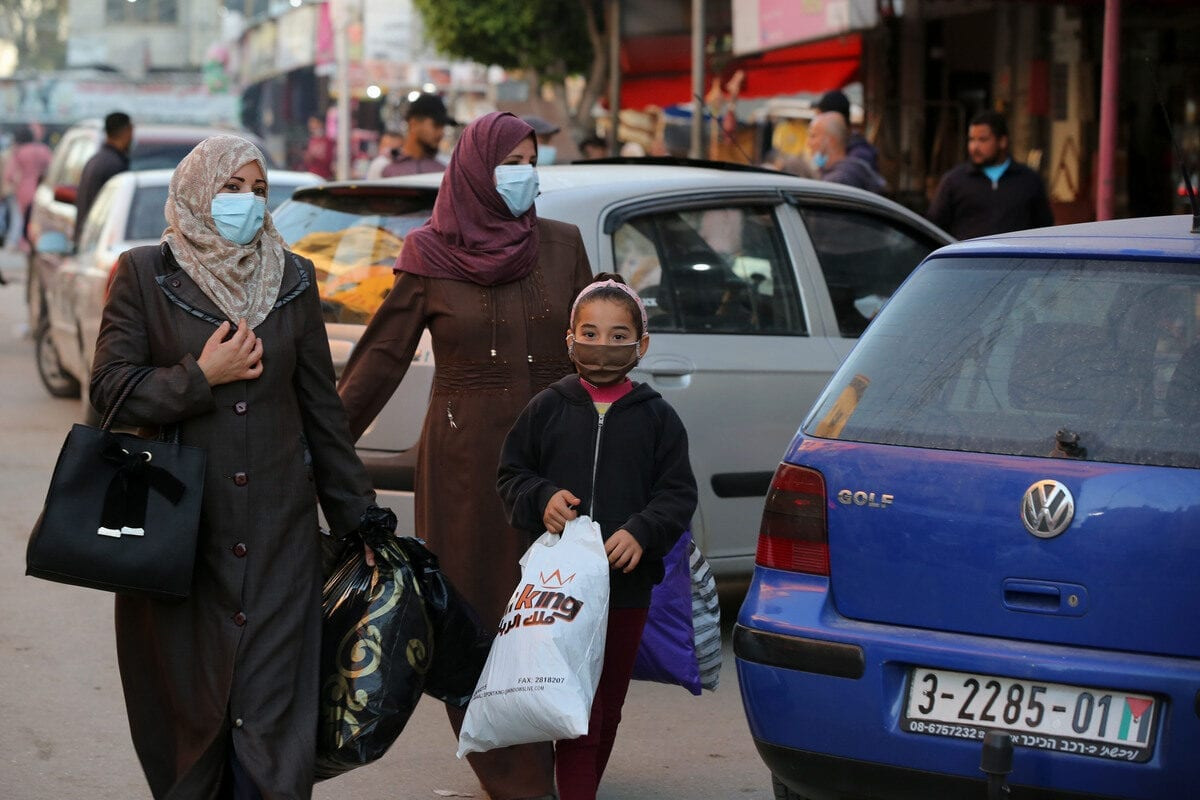 shoppers wearing face masks to stem the spread of coronavirus (Covid-19) pandemic in Gaza on 10 December 2020 [Ashraf Amra/Anadolu Agency]